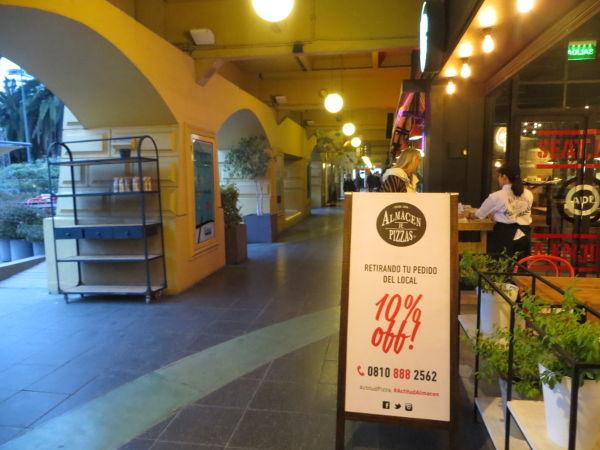 Pizza shop under the Buenos Aires design arcade